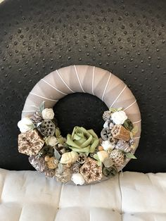 Christmas Pine Cones, Funeral Flowers, Halloween Diy, Floral Wreath, Easter, Wreaths, Dressing, Home Decor, Fabric Wreath