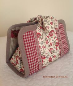 Implements fit into pockets on the sides. Nail polish goes in bag in the center. Sewing Case, Sewing Box, Fabric Crafts, Sewing Crafts, Sewing Projects, Fabric Bags, Quilted Bag, Toiletry Bag, Handmade Bags