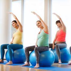 Guía en imágenes de ejercicios con pelota para embarazadas. La gimnasia prenatal con ejercicios sobre una pelota de fitball fortalecen los músculos de la espalda y el abdomen sin causar daño a la pelvis, a las rodillas, así como otras partes muy vulnerables durante el embarazo. Guiainfantil.com te ofrece algunos ejemplos de ejercicios con pelota para embarazadas.