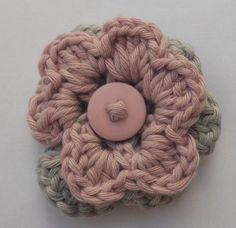 Broche met dubbele bloem grijs met lila en een lila knoopje