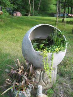 """Wow, hypertufa water garden made by """"greyma"""" on Dave's Garden . I want o… Wow, Hypertufa-Wassergarten von """"greyma"""" in Dave's Garden. Ich will eins! Diy Garden Projects, Garden Crafts, Garden Art, Garden Design, Garden Paths, Concrete Garden, Concrete Planters, Diy Concrete, Concrete Projects"""