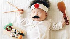 Deze moeder stopt haar baby in hilarische outfits terwijl die slaapt