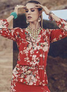 Floral print, el estilo asiático de las flores en tu outfit de hoy.  BLUSA: S220165 PANTALÓN: S025004 CALZADO: S340017