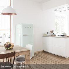 Der Hingucker in der offenen Küche ist der mintfarbene Smeg-Kühlschrank.
