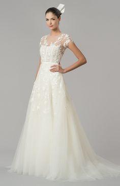 El modo en como la fina tela cubre solo la parte superior del vestido para irse difuminando. Y El escote.
