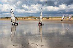 Chars à voile sur la grande plage d'Erdeven dans le Morbihan.