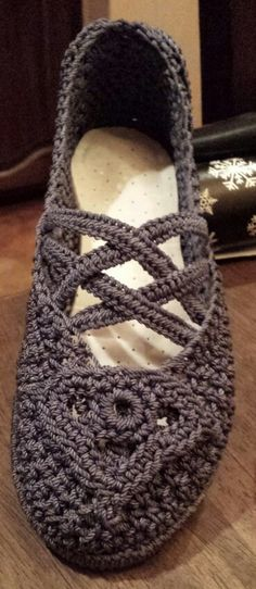 Crocheted Slip on Shoe with sole and heel. No pattern, but a great inspiration for crochet shoe ideas. Mode Crochet, Crochet Boots, Crochet Slippers, Knit Or Crochet, Crochet Crafts, Crochet Clothes, Crochet Stitches, Crochet Projects, Knitted Slippers