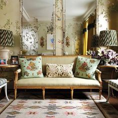 Living room design with gold chinoiserie wallpaper by de gournay. My Living Room, Living Room Furniture, Living Area, Mustard Yellow Curtains, Salon Shabby Chic, Style Salon, Family Room, Home And Family, Design Salon