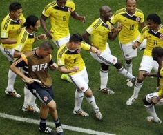 En materia de festejos, parece que todo está visto. Pero Colombia encontró la forma de innovar en Brasil. La enrachada selección colombiana ha dejado para la posteridad una coreografía a ritmo de salsa. De vuelta en una Copa del Mundo después de una ausencia de 16 años, la selección cafetalera ya aseguró su pase a octavos de final en Brasil al derrotar el jueves 2-1 a Costa de Marfil por el Grupo C. En su estreno le había ganado con autoridad 3-0 a Grecia.