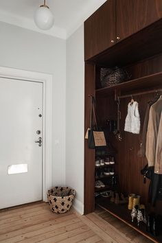 Dark wooden built-in cabinets Entryway Cabinet, Entry Hallway, Home Interior, Interior Architecture, Interior Decorating, Halle, Small Hall, Small Entryways, Built In Cabinets