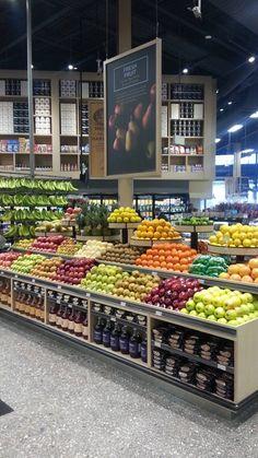 Super fruit and vegetables shop grocery store 69 ideas Supermarket Design, Retail Store Design, Retail Shop, Produce Displays, Store Displays, Fruit And Veg Shop, Vegetable Decoration, Farmers Market Display, Vegetable Shop