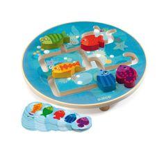 Le jeu Aquarium demande un peu de concentration. 5 petits poissons colorés à déplacer sur le plateau en bois pour les faire arriver dans la position indiquée par l'une des 10 cartes fournies.