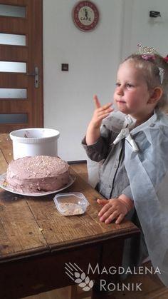 tort upieczony i udekorowany przez dzieci