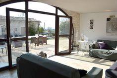 Salon avec vue sur la cour Provence, Grand Gite, Windows, Yard, Room, Bedroom, Ramen, Aix En Provence, Window