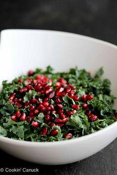 Kale, rodie și avocado peste care puteți pune suc de lămâie, puțin parmezan ras și un strop de ulei de măsline.