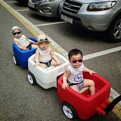 Daehan Minguk Manse ❤ ~ cause this way he avoid kids fights haha Korean Babies, Asian Babies, Asian Kids, Cute Kids, Cute Babies, Chubby Babies, Triplet Babies, Superman Kids, Korean Tv Shows