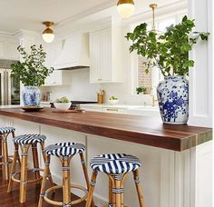 Cozy Home Interior Beautiful traditional white kitchen. Blue white brass and butcher block.Cozy Home Interior Beautiful traditional white kitchen. Blue white brass and butcher block. Classic Kitchen, New Kitchen, Kitchen Dining, Kitchen Decor, Timeless Kitchen, Kitchen Bars, Brass Kitchen, Dining Room, Kitchen Ideas