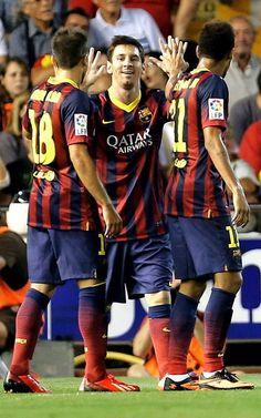 El delantero argentino del FC Barcelona Leo Messi celebra su gol, primero del equipo, con sus compañeros