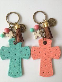 Regala un llavero original en forma de cruz a tus invitados el día de la Primera Comunión