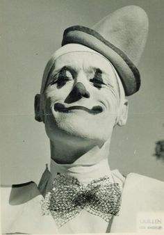 Classic) European Whiteface Picture of a Pierrot Clown Character: Also commonly called the Pierott clown. Gruseliger Clown, Circus Clown, Creepy Clown, Circus Theme, Circus Party, Vintage Clown, Art Vintage, Vintage Carnival, Vintage Halloween