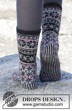"Moonflower Socks - Gestrickte DROPS Socken in ""Fabel"" mit Norwegermuster. - Gratis oppskrift by DROPS Design Knitting For Charity, Fair Isle Knitting, Knitting Socks, Hand Knitting, Crochet Socks, Diy Crochet, Drops Design, Knitting Patterns Free, Free Pattern"