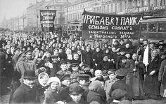 Op 2 maart 1917 nam Nicolaas II afstand van de troon. deze gebeurtenis heet de februarirevolutie. Nicolaas II koos de Doema als als de voorlopige regering. Zij beloofde een nieuwe grondwet. De bolsjewieken en de sovjets waren er niet mee eens.