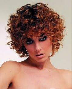"""""""Os cortes de cabelo curtos  são a grande pedida para quem quer  um visual mais moderno; os cabelos cacheados tendem a aumentar o volume com esse corte e isso garante muito estilo.""""   http://www.lazerbeleza.com/2010/10/27/corte-de-cabelo-feminino-cacheados/"""