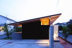 専門家:安河内 健司/西岡 久実が手掛けた、外観(夜景)(ナガヤネ -長い屋根と土間の家-)の詳細ページ。新築戸建、リフォーム、リノベーションの事例多数、SUVACO(スバコ)