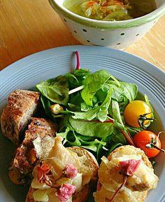 昨晩のメニュー、真鱈と新じゃがのアクアパッツアを少し取って置いて、イタリアやスペインで良く食べられる「干し鱈のペースト」風にしてブランチしました(*^^*) - 87件のもぐもぐ - 真たらとジャガイモのクロスティーニとムング・レンズ豆のスープ ブランチ by satoht