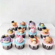 Welche Winnie the Pooh-Figur magst du am liebsten? Cupcake von … … Welche Winnie the Pooh Figur magst du am liebsten? Fondant Cupcakes, Fun Cupcakes, Birthday Cupcakes, Baby Birthday, Cupcake Cakes, Disney Desserts, Disney Cakes, Disney Food, Fancy Cakes