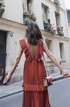 What to wear on a date and look sexy without appearing like a fashion try hard. See outfit ideas on what to wear when out with your man Look Fashion, Womens Fashion, French Fashion, European Style Fashion, Romantic Style Fashion, Paris Fashion, European Street Style, Formal Fashion, Man Fashion
