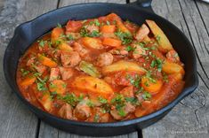 Tocanita de porc cu cartofi si sos de rosii - reteta simpla. Tocana din carne de porc cu cartofi si suc de rosii. O reteta simpla si rapida. O mancare de