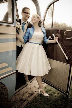Braut mit 50s rockabilly Hochzeitskleid mit Petticoat in türkis und passendem Brautjäckchen in royalblau, Schuhclips und Band für das Brautkleid in royalblau (www.noni-mode.de)