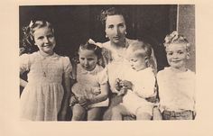 Maria de las Mercedes de Borbon y Orleans with her children.