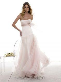 aafea0147097 Abito romantico a nuvola con gonna asimmetrica in organza di seta a  multistrato. Romantic dress