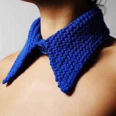 Cuello de lana hecho a mano, con cierre de botón.  Pieza única hecha 100% en Menorca.