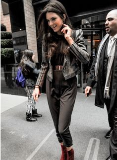 Kendall Jenner: In Blazer with shades of grey or tweed jacket, high waisted trouser-leggings, dark oxen-red ankle boots, gold belt. Winter Travel Outfit, Winter Outfits, Kendall And Kylie Jenner, Kendall Kardashian, Kardashian Kollection, Kardashian Jenner, Autumn Winter Fashion, Fall Fashion, Passion For Fashion