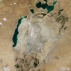 NASAが、ほぼ消滅状態にある中央アジア・アラル海の衛星画像を公開した。世界第4位の面積だったが、旧ソ連の農業政策で川の流れが変更され縮小。2014年の干ばつで一部が干上がり、周辺住民への健康被害なども懸念される