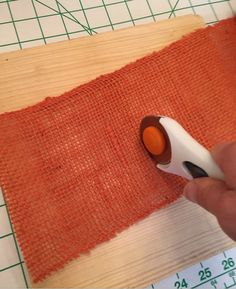 Cute orange burlap with rotary tool to make burlap pumpkin wreathLearn how to create a burlap pumpkin wreath using the petal wreath making technique. This burlap wreath is the perfect decor for fall or thanksgiving! Orange Burlap Wreath, Sunflower Burlap Wreaths, Easy Burlap Wreath, Burlap Wreath Tutorial, Burlap Crafts, Burlap Flowers, Diy Wreath, Wreath Making, Burlap Projects