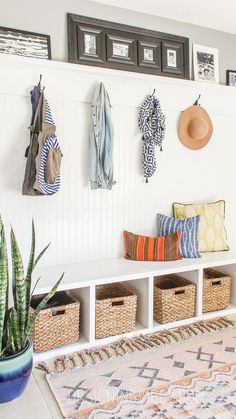 50 Farmhouse Mudroom Bench Decorating Ideas January Leave a Comment Your home can reflect farmhouse personality the moment guests step through the door. The simple and elegant design leaves a whole world of possibilities to customize i Bead Board Walls, Diy Home Decor, Room Decor, Diy Casa, Boho Home, Built In Bench, Entryway Decor, Entryway Ideas, Entryway Coat Hooks