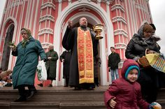지난 15일은 러시아 정교회의 부활절이었다. 정교(正敎)국가라고 할 수 있는 러시아에서도 부활절('빠스하(Пасха)')은 종교적으로 중요한 기념일이다.     러시아에서는 부활절 전날 정교 신자들은 부활 케이크(or 부활절에 가족과 함께 먹을 음식들)를 들고 성당에 가 성직자들의 축성을 받고 부활절 당일날에는 러시아 전역의 정교 성당들에서 기념행사가 벌어진다. 부활절과 관련된 주요행사는 TV에서 생중계를 해줄 정도이다. http://russiainfo.co.kr/2403