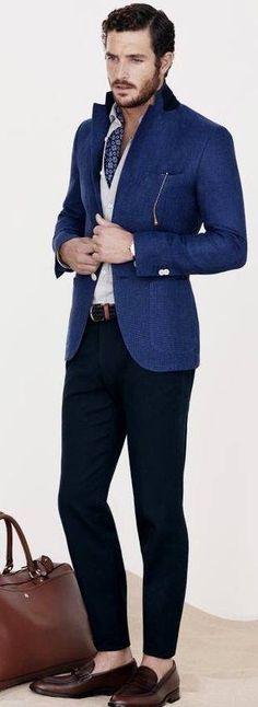 Un pantalón oscuro hace juego con la perfecta combinación.