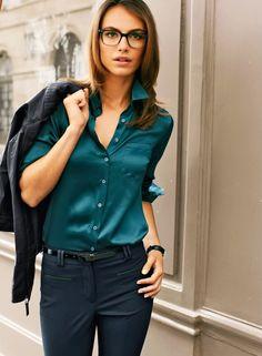 Con esta camisa de satín puedes conseguir un look formal pero divertido a la vez. Juega con los colores
