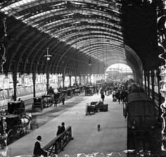 A fascinating late Victorian view of Brunel's London Paddington station before it was extended on the east side with a fourth roof span. The train is in platform 6 and the view is towards the buffer stops. Victorian London, Victorian Photos, Vintage London, Old London, London Pictures, London Photos, Old Pictures, Old Photos, London History
