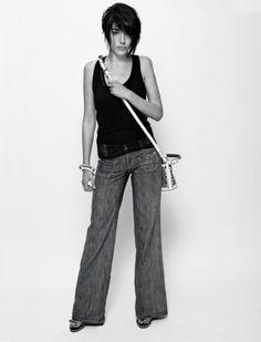 #Catania #streetstyle  Doppia canottiera staccabile in cotone e di rete, Pennyblack, jeans stretch a zampa, S.O.S. Orza Studio. pagodon Bag a secchiello in pvc e rete, bracciali in lattex e sandali in pelle verniciata, tutto Kenzo