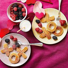 Quelle bonne idée de surprendre l'amoureux avec un déjeuner au lit... spécial Saint-Valentin! Des pancakes en