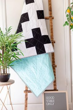 Easy Free Baby Quilt Patterns to Sew, Baby quilts are the best! Here are some absolutely charming Free Baby Quilt Patterns to sew! Free Baby Quilt Patterns, Scrap Quilt Patterns, Beginner Quilt Patterns, Modern Quilt Patterns, Quilting For Beginners, Easy Patterns, Knitting Patterns, Charm Square Quilt, Yarn Wall Art