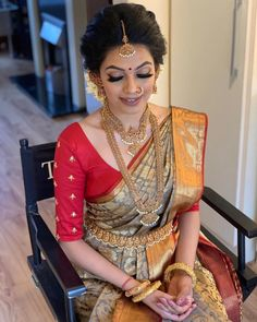South Indian Bridal Fashion Find the Latest South Indian Silk Sarees for Wedding Online Here South Indian Wedding Hairstyles, Bridal Hairstyle Indian Wedding, South Indian Bride Hairstyle, Indian Wedding Wear, Indian Bridal Outfits, Indian Bridal Fashion, Indian Hairstyles, Saree Wedding, Marathi Wedding