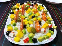 Amanida d'arròs amb llagostins cuits, mango, alvocat, cranc i olives