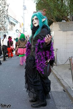 "pictures & video from the ""White Face Monster Party"", a large gathering of Japan's shironuri subculture on the streets of Harajuku. Tokyo Street Fashion, Japanese Street Fashion, Japan Fashion, Grunge Style, Soft Grunge, Le Happy, Grunge Outfits, Steampunk Lolita, Dr. Martens"